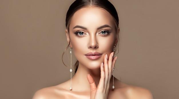 Durchdringender blick von schönen blauen augen make-up kosmetik und maniküre nahaufnahme porträt