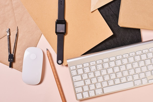 Durcheinander auf office desktop flat lay