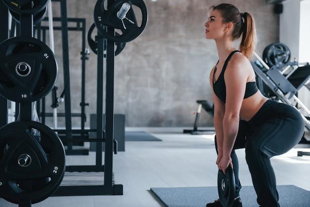 Durchhalten. wunderschöne blonde frau im fitnessstudio zu ihrer wochenendzeit