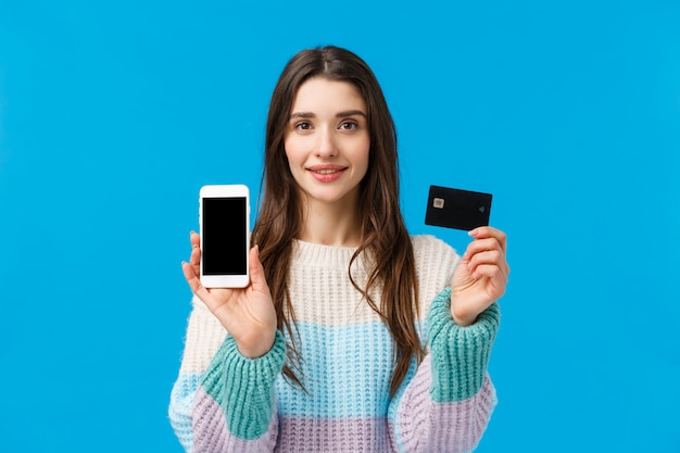 Durchsetzungsfähige junge frau des taillenporträts lächelnd und zeigt, wie bankensystem funktioniert