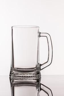 Durchsichtiges großes glas für bier mit griff