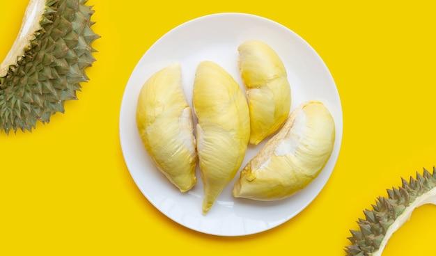 Durian auf gelbem hintergrund. ansicht von oben
