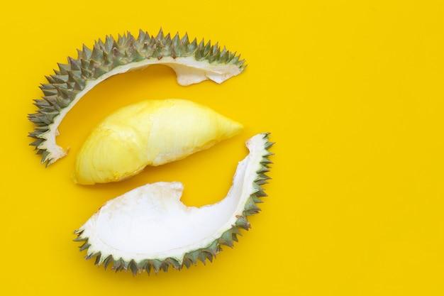 Durian auf gelbem hintergrund. platz kopieren