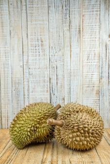 Durian auf hölzernem hintergrund, könig von früchten