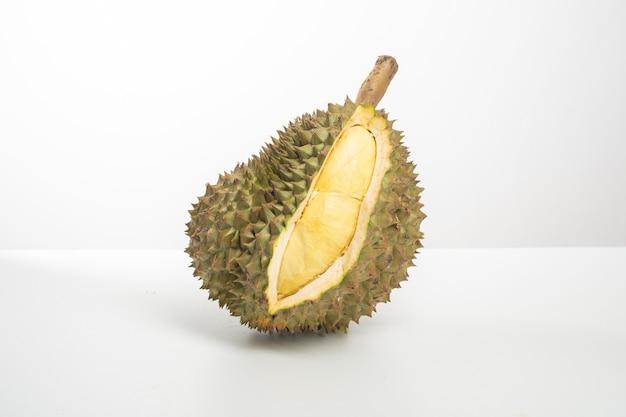 Durian auf weißem hintergrund