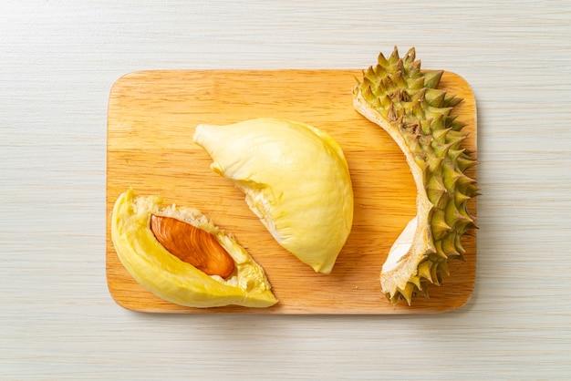 Durian gereift und frisch, durianschale auf holzbrett
