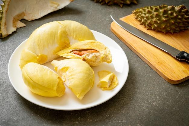 Durian gereift und frisch, durianschale auf weißem teller