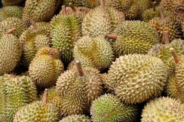 Durian ist frucht in thailand