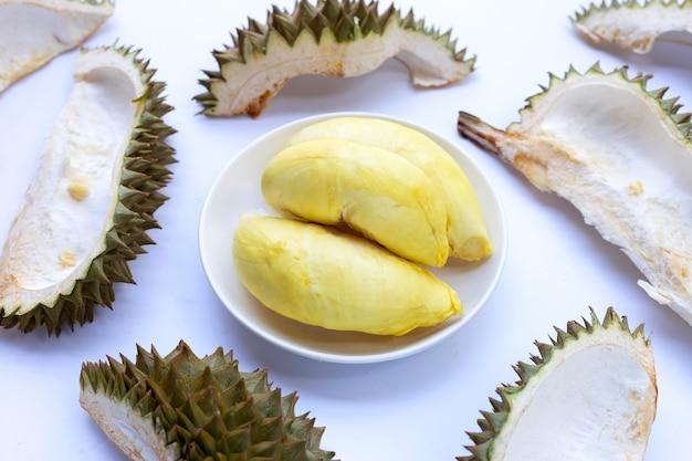 Durian mit schale auf weißem hintergrund.