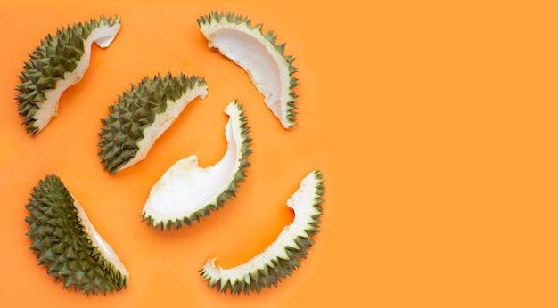 Durian-schale auf orangefarbener oberfläche
