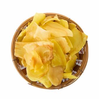 Durianchips brieten snackfrucht im korb knusperige fruchtchips des durian, die auf weißem hintergrund lokalisiert wurden
