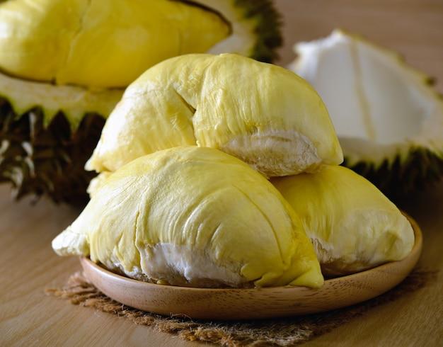 Durianfrucht auf dem tisch