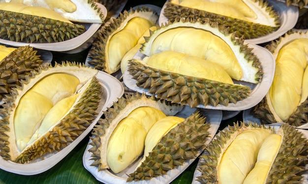 Durianfrüchte auf ackage schneiden