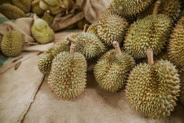 Durians auf sackweinlesehintergrund.