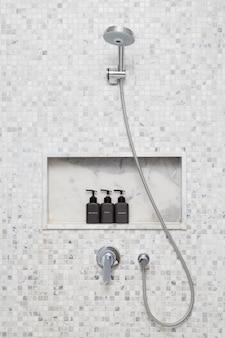 Dusche und bad im hotel