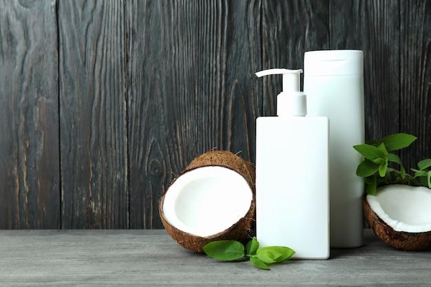 Duschgels und kokosnuss gegen holz