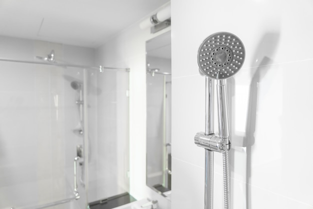 Duschkopf im badezimmer
