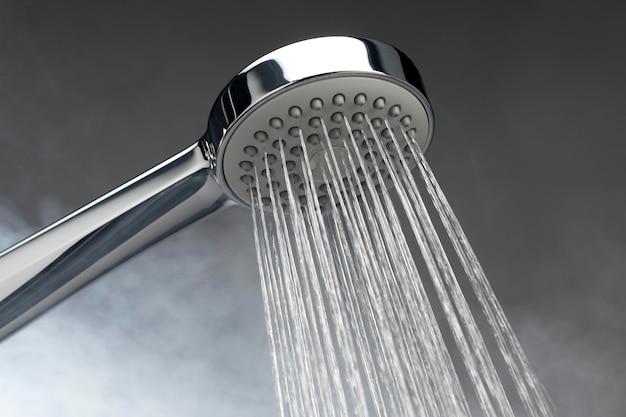 Duschkopf mit heißem wasser