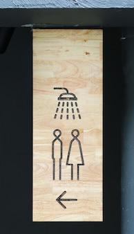 Duschzeichen auf holzbrett
