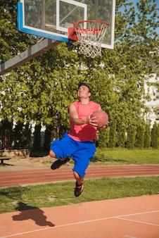 Dynamische basketball-szene