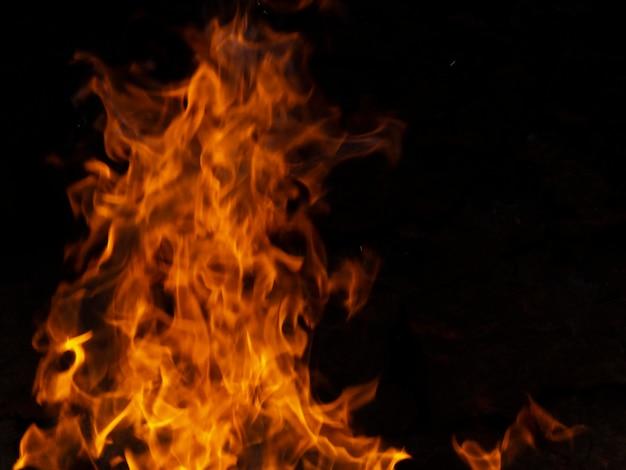 Dynamische feuerflammen auf schwarzem hintergrund