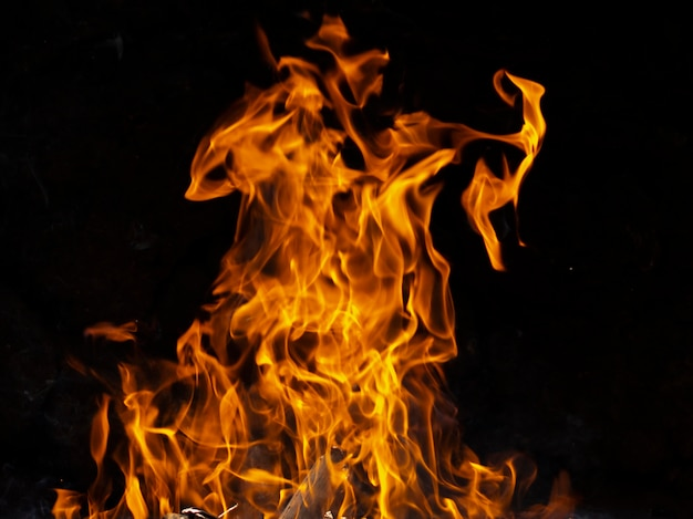 Dynamische flammen auf schwarzem hintergrund