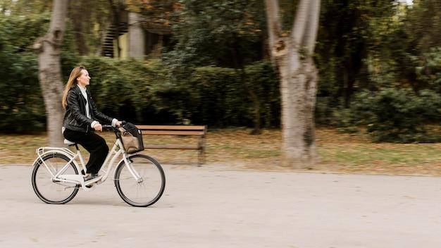Dynamische frau und fahrrad im park
