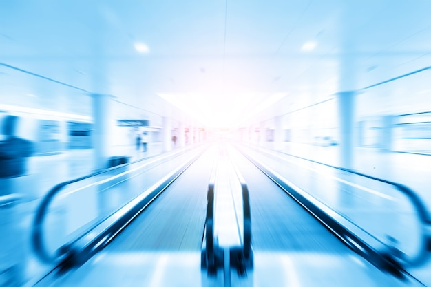 Dynamische unschärfe im blauen stil der passage in der abflughalle