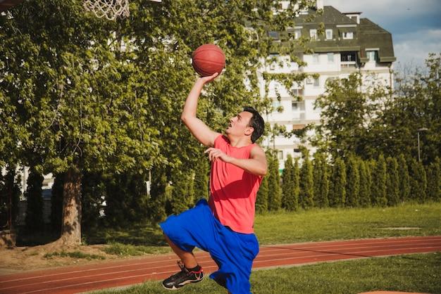 Dynamischer basketballspieler