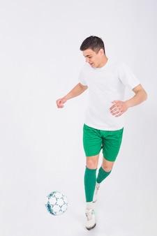 Dynamischer fußballspieler
