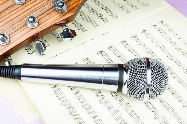 Dynamisches mikrofon auf notenblatt