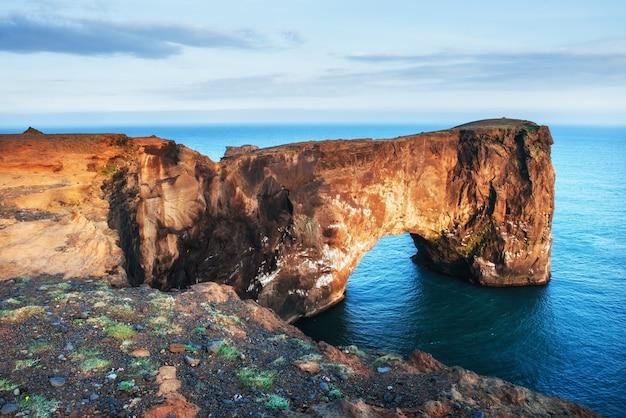 Dyrholaey bereich in island. in der nähe von black sand beach