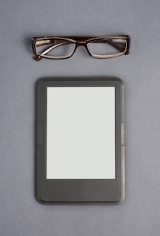 E-book und brille auf grau