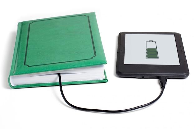 E-book und buch mit kabel verbunden