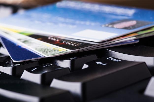 E-commerce, einkaufen im internet, verschiedene kreditkarten auf der tastatur