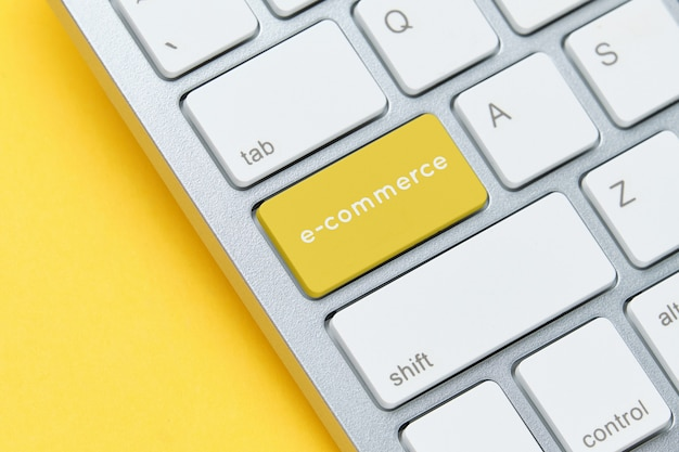 E-commerce-konzept auf der tastatur mit knopfnahaufnahme.