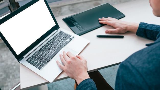 E-commerce-technologie. werbung marketing-geschäftsförderung. laptop mit weißem bildschirm.