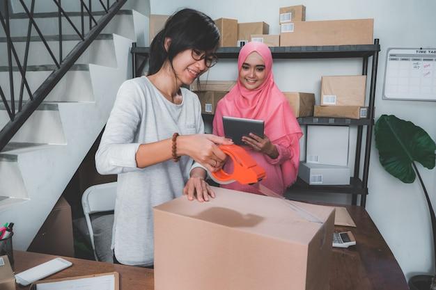 E-commerce-unternehmer bereitet produkt vor