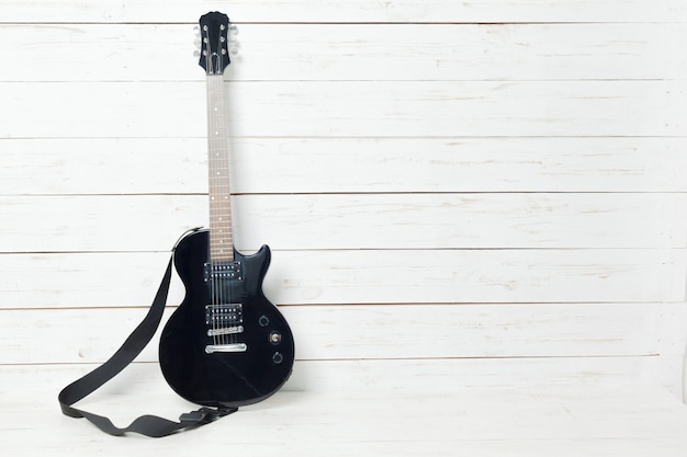 E-gitarre auf alter holzoberfläche