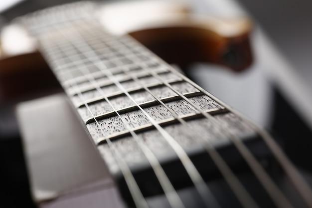 E-gitarre aus holz in klassischer form mit palisanderhals