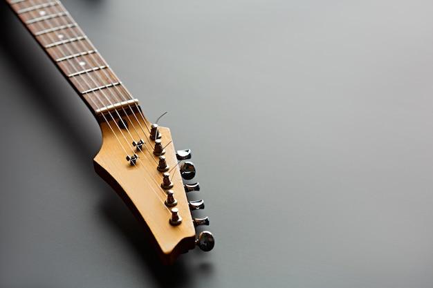 E-gitarre, nahaufnahme auf kopf. streichmusikinstrument, electro-sound, elektronische musik, ausrüstung für bühnenkonzerte
