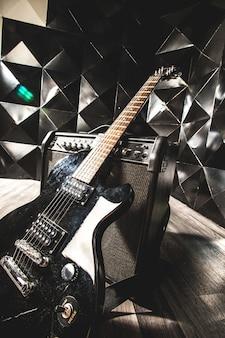E-gitarre und klassischer verstärker auf einem dunklen hintergrund