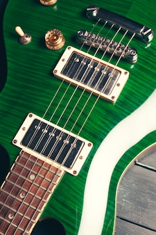 E-gitarren-körper- und halsdetail über hölzernes