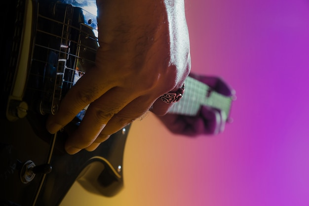 E-gitarrist auf einer bühne