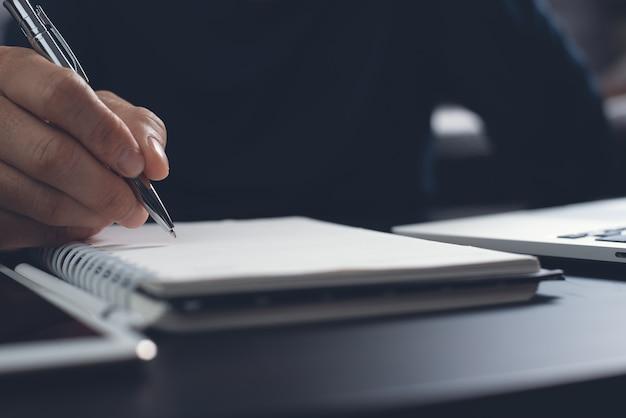 E-learning-online-ausbildung schüler schreiben inhalte auf einem notebook, während sie online über einen laptop-computer lernen