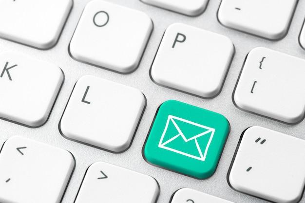 E-mail & kontaktieren sie uns symbol auf der computertastatur