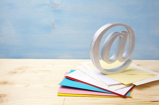 E-mail-symbol auf hölzernem hintergrund mit kopienraum