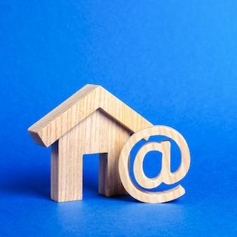E-mail-symbol und haus. kontakte für unternehmen, homepage, heimatadresse. kommunikation im internet