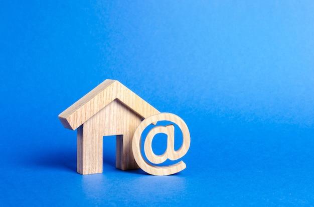 E-mail-symbol und hauskontakte für die kommunikation mit der startseite der geschäftsadresse im internet