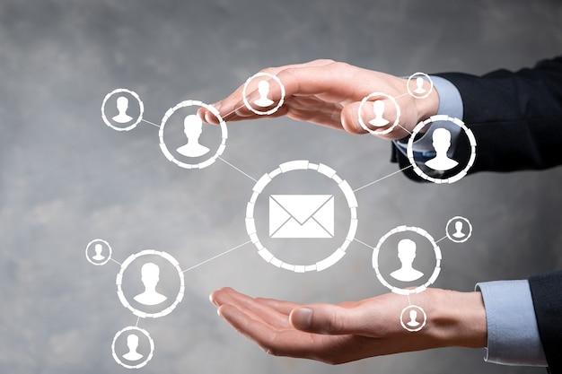 E-mail- und benutzersymbol, zeichen, symbol marketing- oder newsletter-konzept, diagramm. e-mail senden. massenmail. e-mail- und sms-marketingkonzept. schema des direktvertriebs in der wirtschaft. liste der clients für den versand.